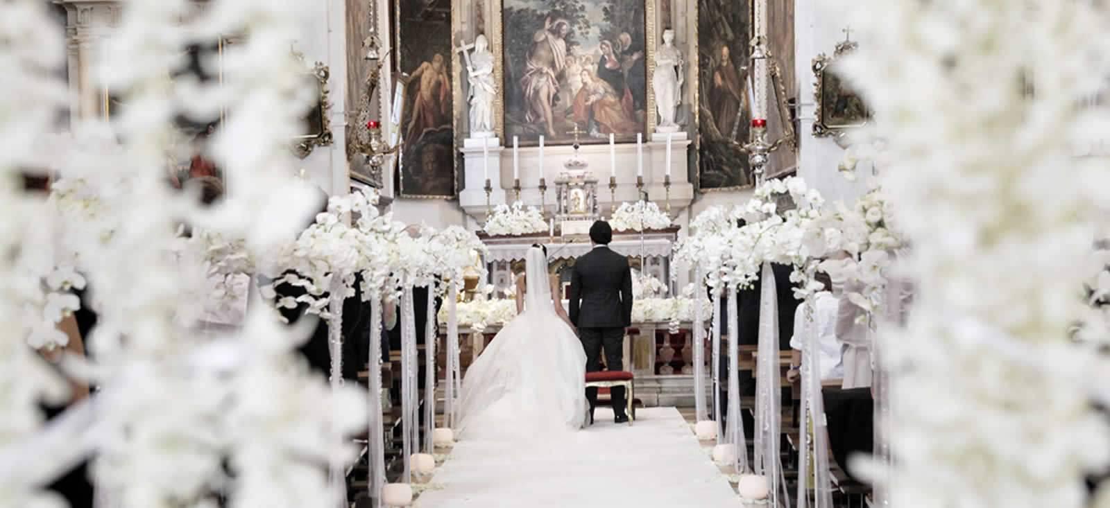 cerimonia in chiesa con fiori bianchi