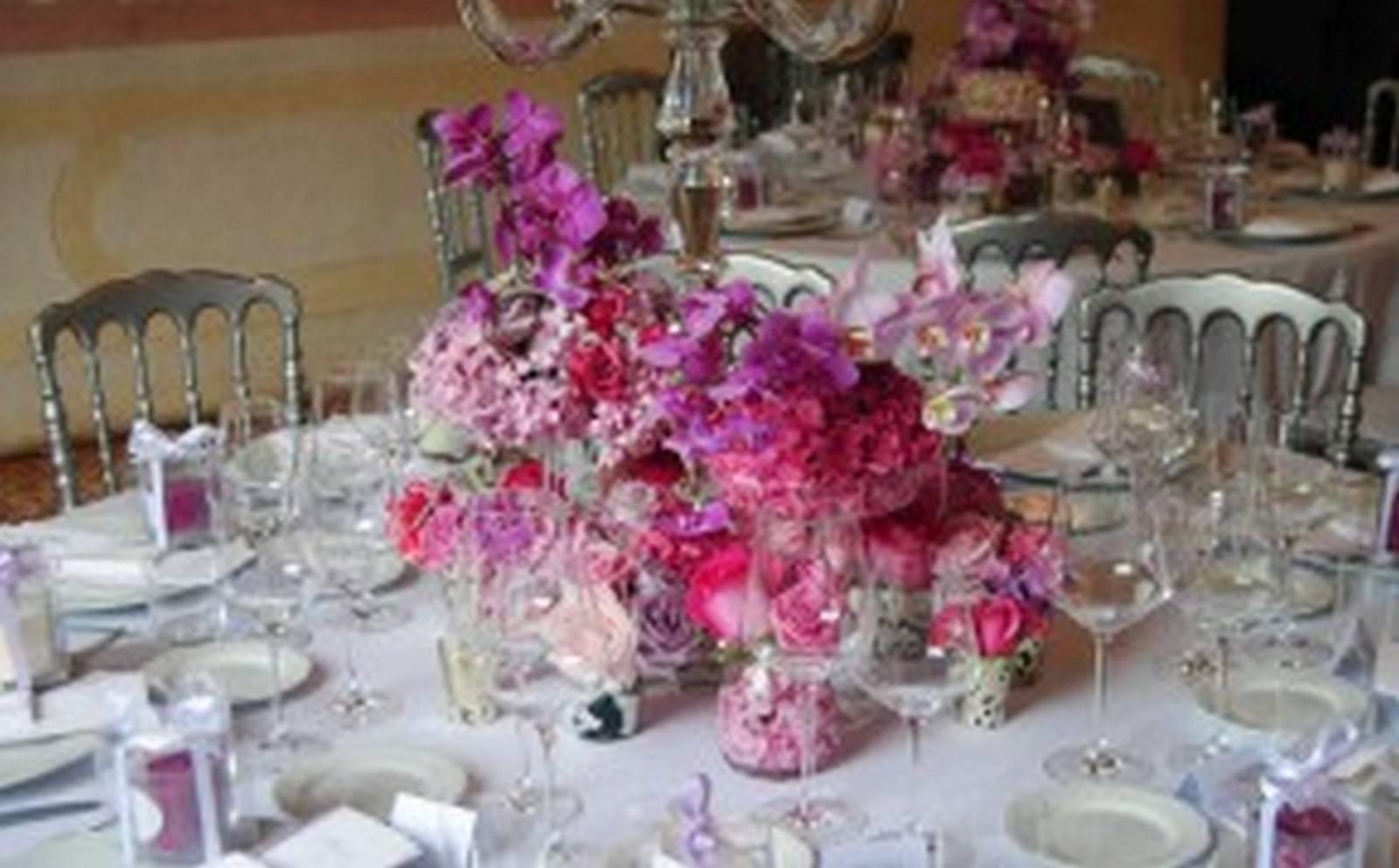 dettaglio centro tavola matrimonio con fiori fucsia