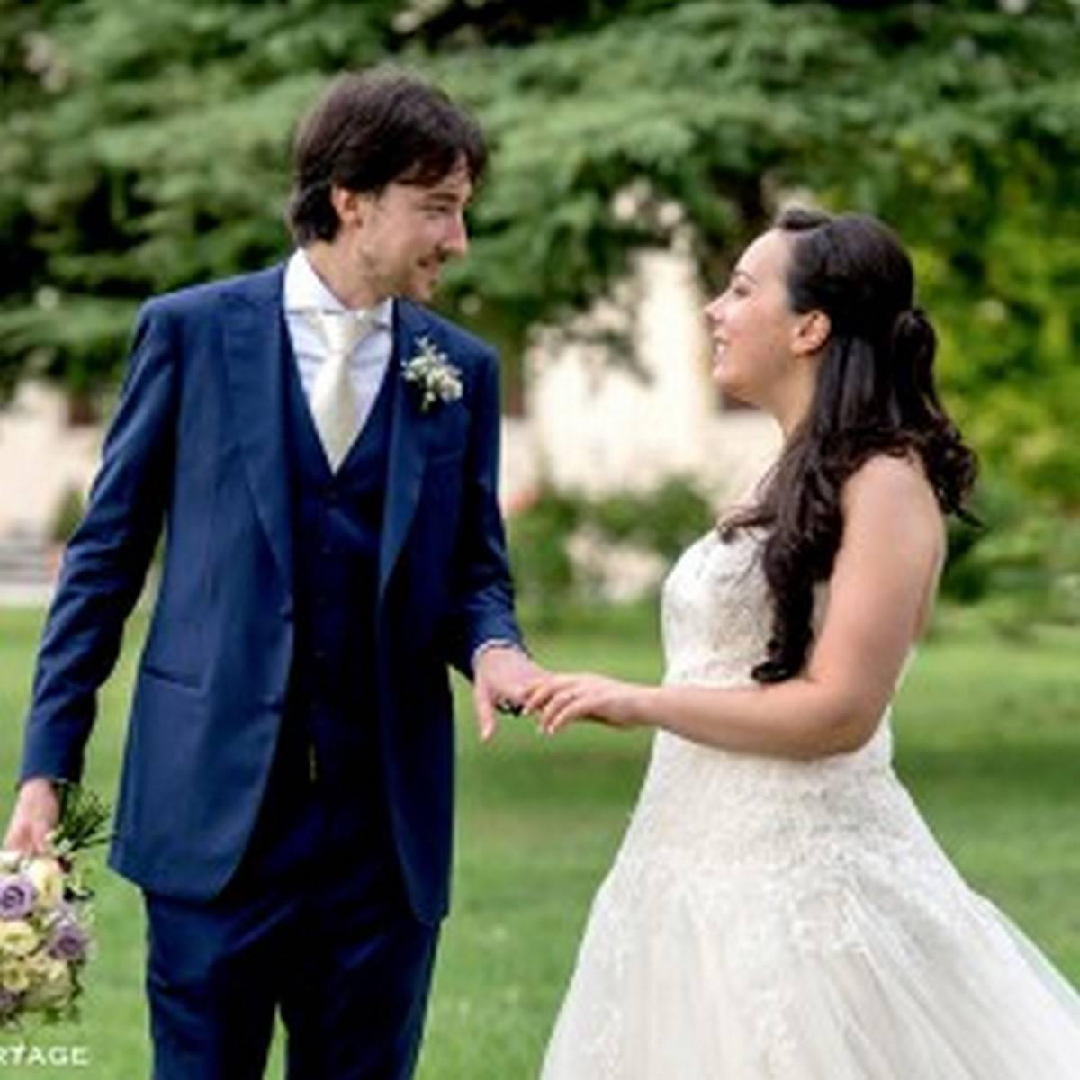 sposi che si prendono per mano