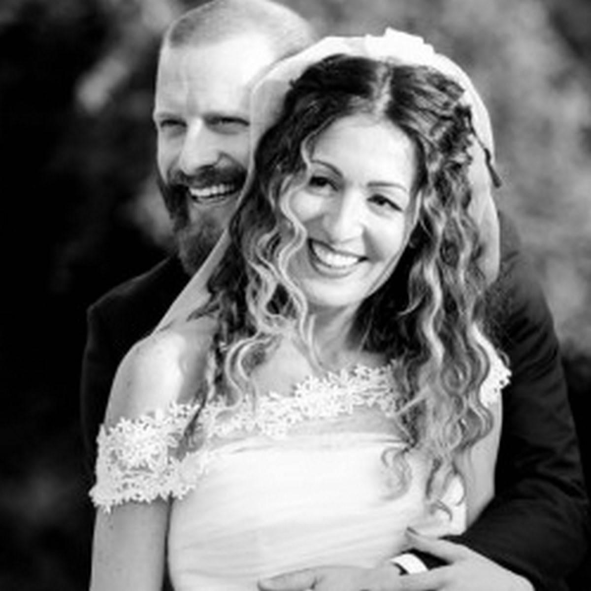 sposi sorridenti che si abbracciano
