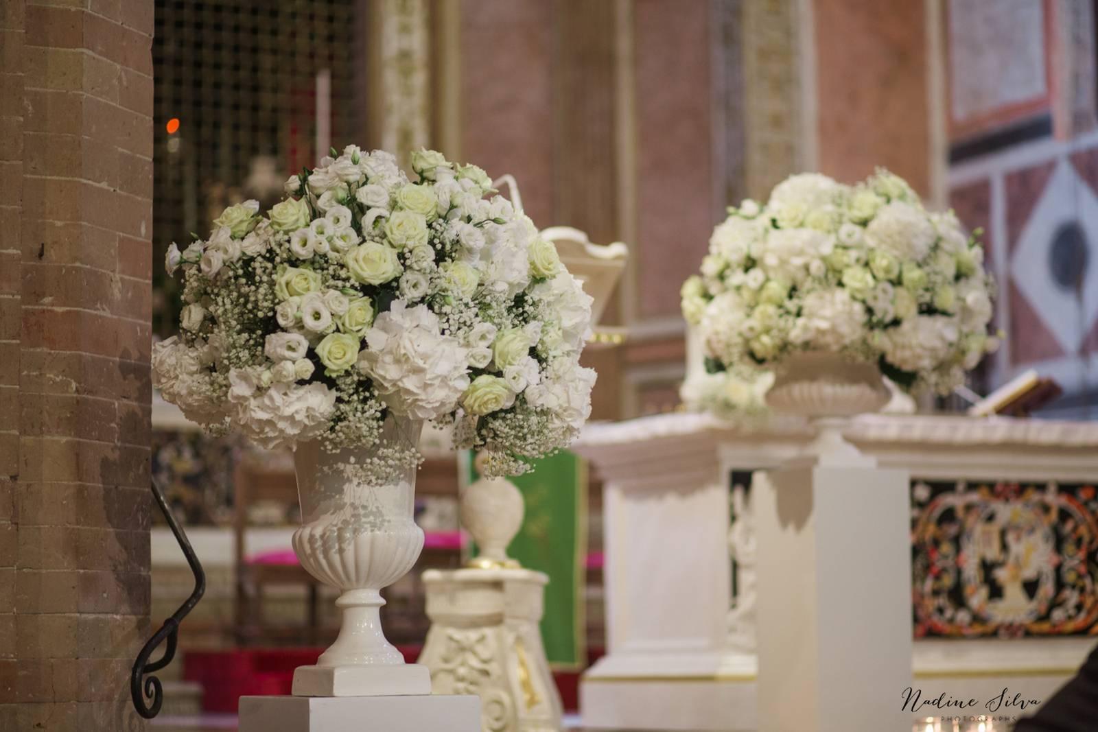coppe con fiori bianchi