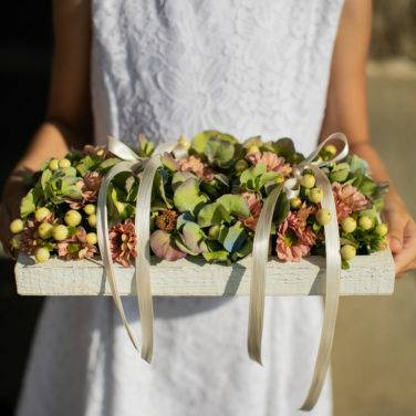 cuscino porta fedi con fiori freschi