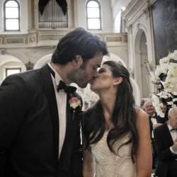 sposi che si baciano alla cerimonia
