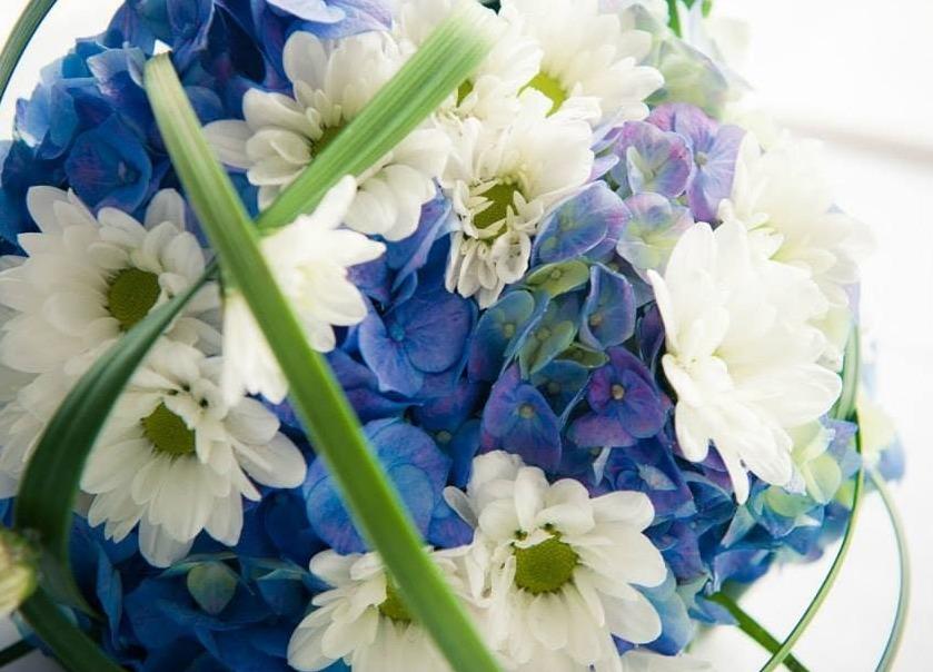 addobbi floreali del matrimoni blu